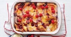 Bandeja de tostadas francesas de frambuesa y vainilla horneadas