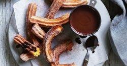 Churros de camote de Curtis Stone con salsa de chocolate caliente
