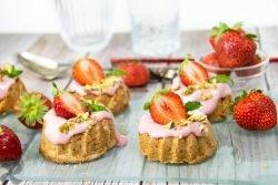 Mini Bundt Cake de almendra con fresas