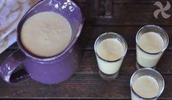 Postre para beber de vainilla, nectarina y albahaca
