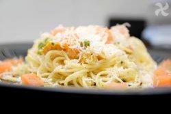 Capellini con salmón ahumado y salsa cremosa de eneldo