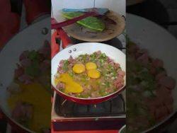 Huevito revuelto con nopales y salchicha, receta con nopales #Receta #Comida #Recetas #Dieta #Keto